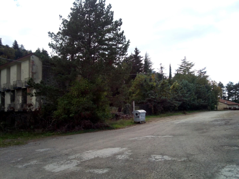 Parcheggio di poti presso albergo abbandonato