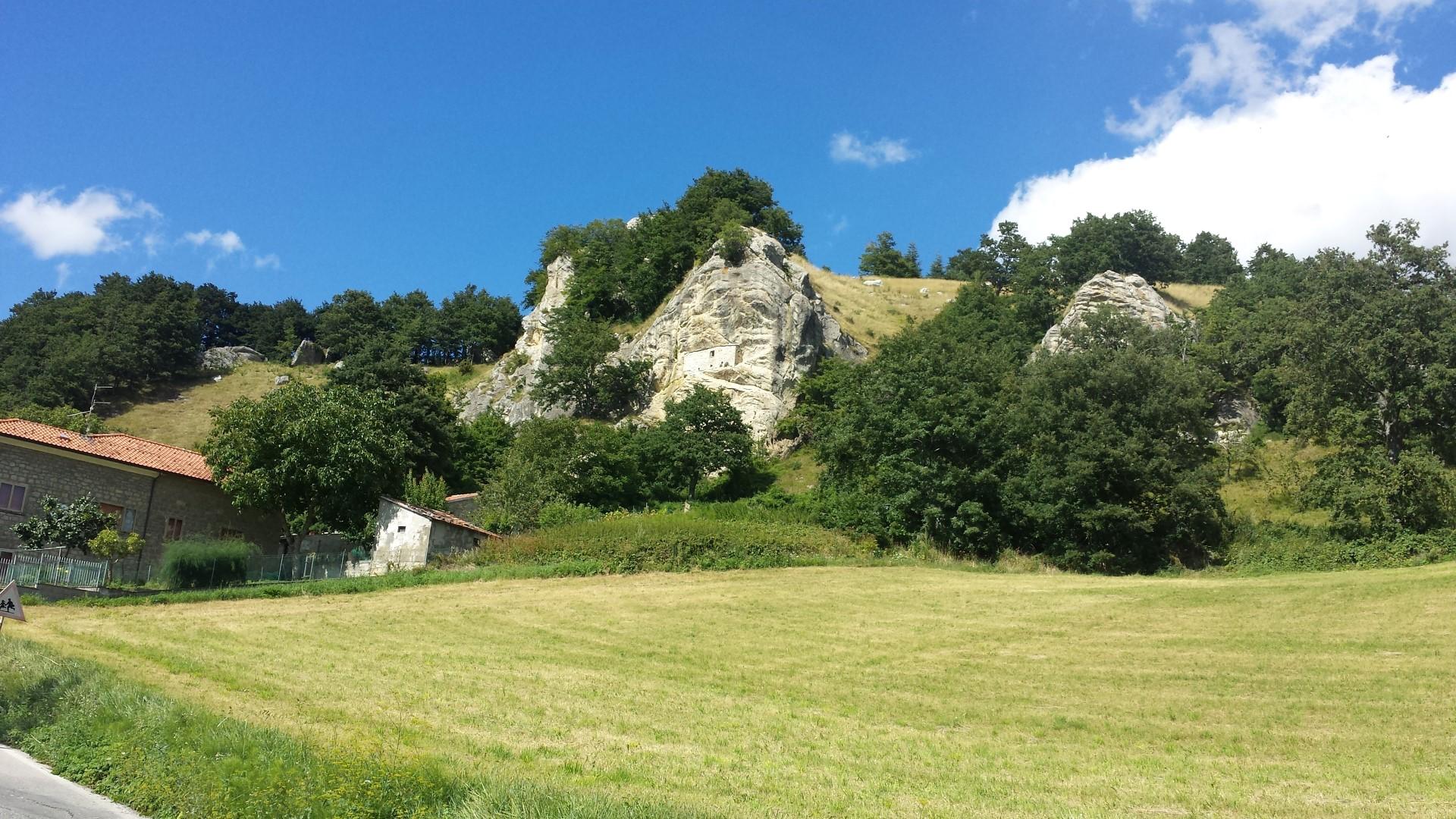"""La """"casina"""" nella roccia di Miratoio"""