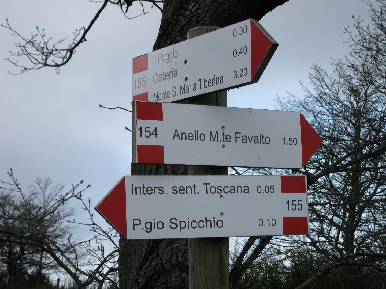 Cartelli sulla sella tra il Monte Favalto e Poggio dello Spicchio