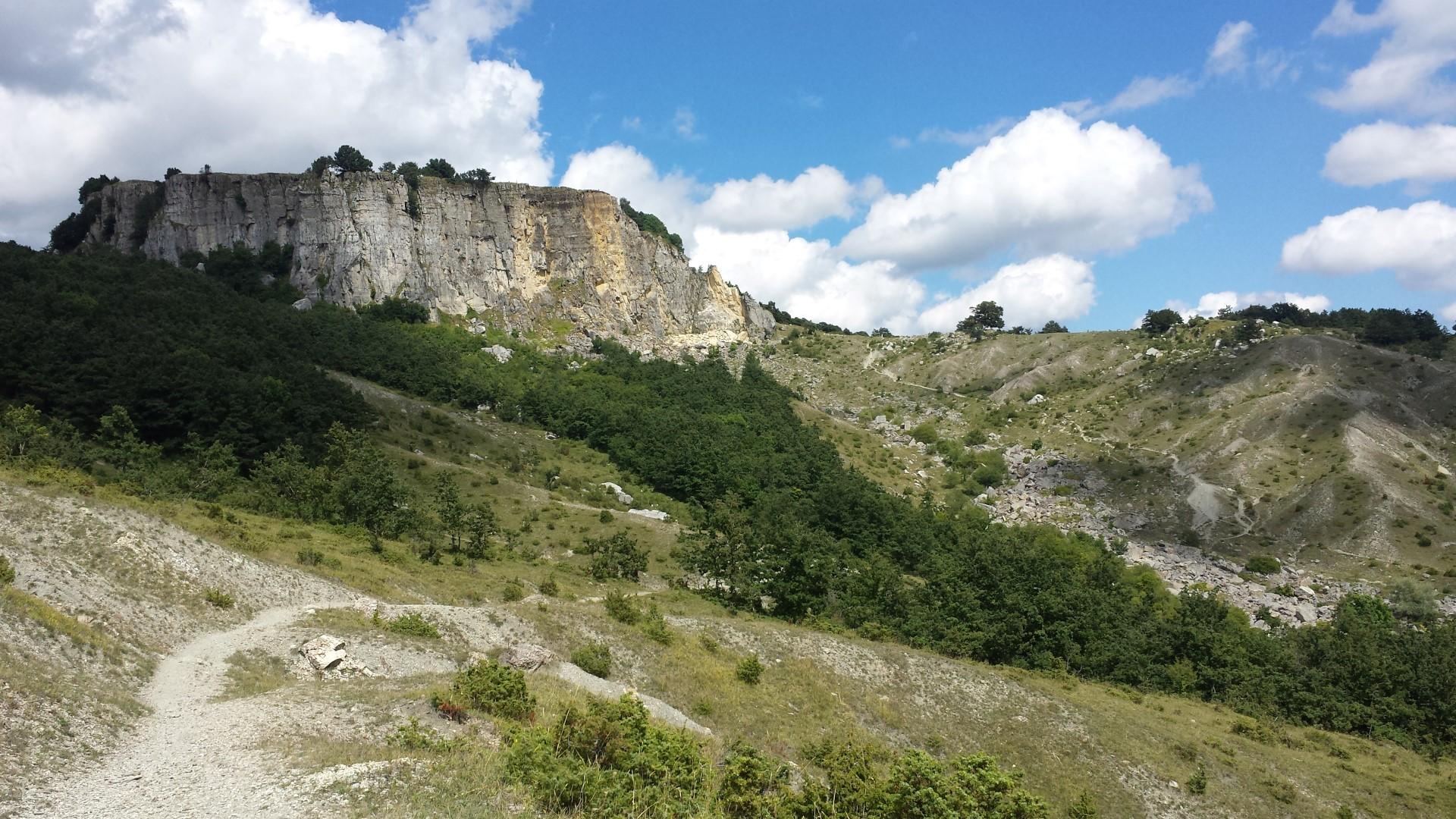 Sentiero che sale sul Sasso di Simone dal versante sud - Sasso di Simone e Simoncello