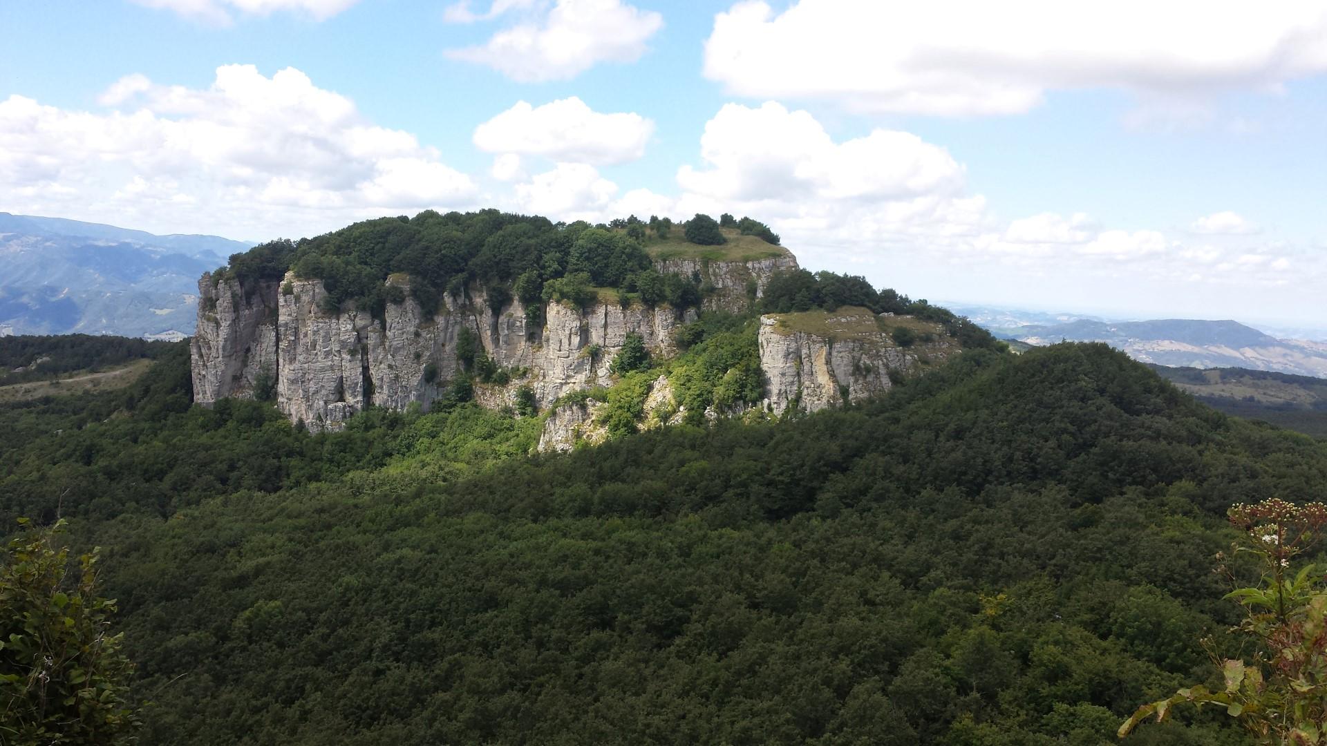 Simoncello visto dalla cima del Sasso di Simone - Sasso di Simone e Simoncello