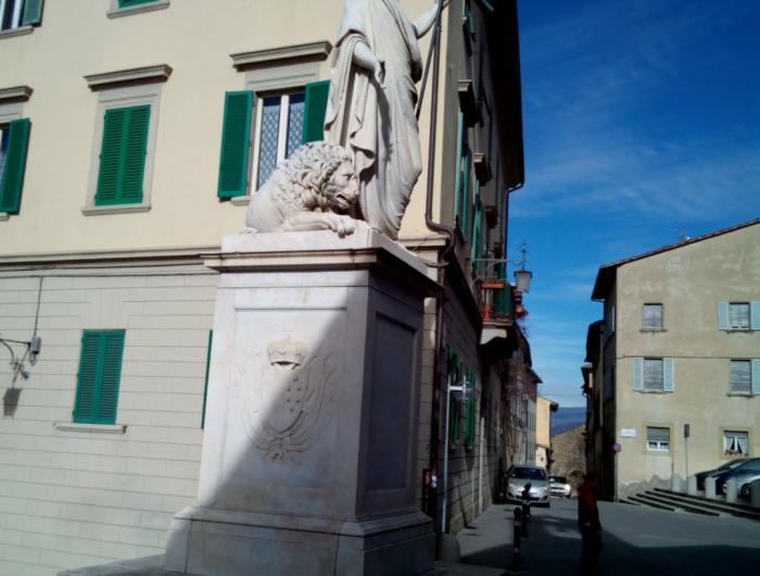 Passeggiata in centro ad Arezzo: Foto della statua