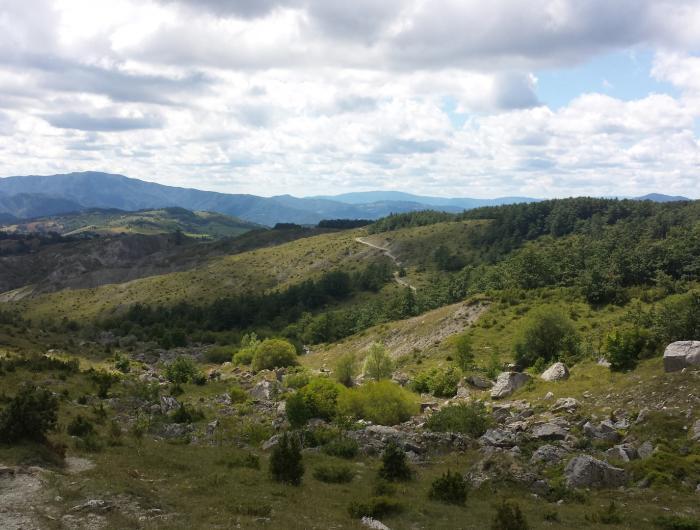 Sentiero per il Sasso di Simone visto dall'alto - Sasso di Simone e Simoncello