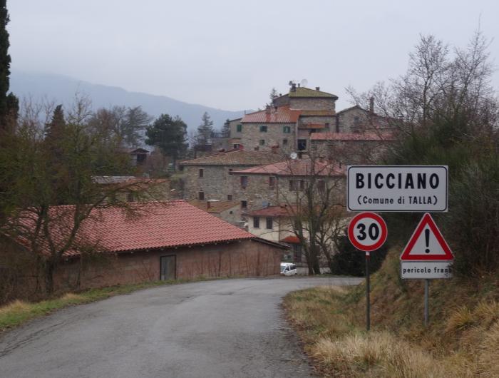 Bicciano: il piccolo centro abitato vicino a Talla.Vecchie Vie escursioni trekking casentino Arezzo