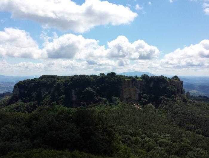 Sasso di Simone visto dalla cima del Simoncello - Sasso di Simone e Simoncello
