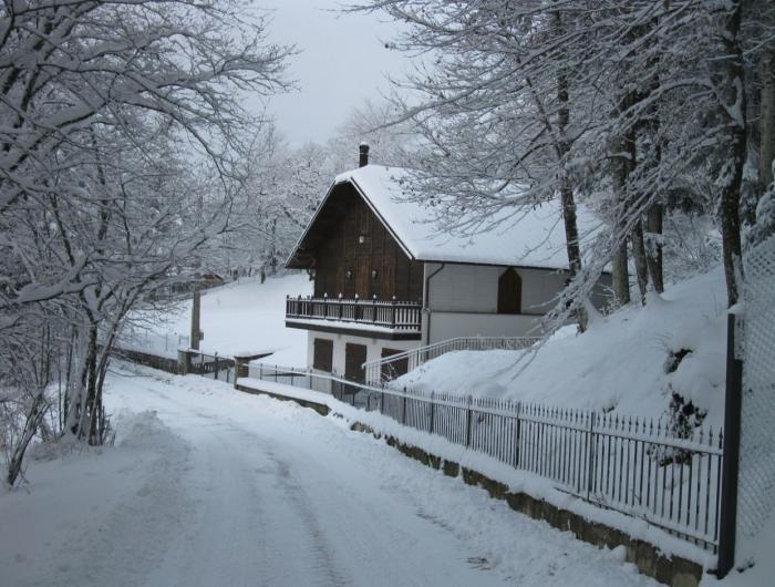 Strada per il villaggio sacro cuore innevata