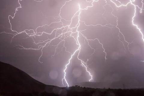 Fulmini: come ripararsi dai fulmini in caso di pioggia durante un escursione