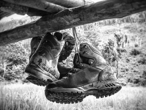 Scarpe da trekking appese